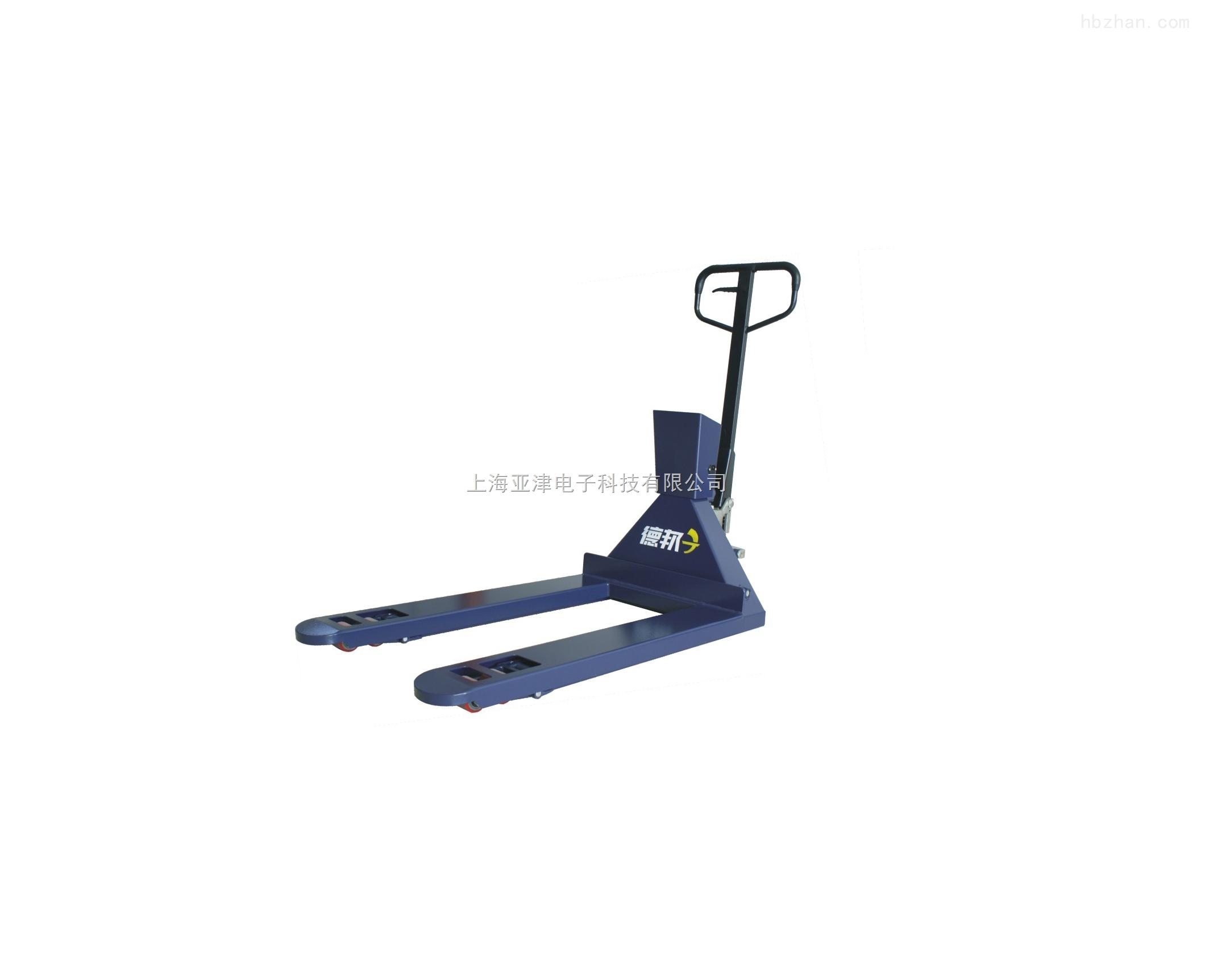 一、产品别名:防爆叉车秤、防爆地牛秤、防爆板车秤 二、产品简介: 防爆碳钢叉车秤是仓库车间使用的满足安全防爆要求的一款液压手动叉车称重器具,运输及称重一体结构。在叉车的基础上加装专用模具冲压结构的称重模块与显示器设计的称重产品。便于称重与货物搬运的同步解决,提高作业效率。 叉车秤整体碳钢材质制作,表面经电镀喷塑与防静电处理。 标配防爆型称重传感器经特殊制作,使加装的模块与车体有机衔接一体。标配本安防爆显示器与防爆接线盒,防爆等级EX iaIICT5。 车体升限85mm~200mm。针对用户不同托盘规格,可