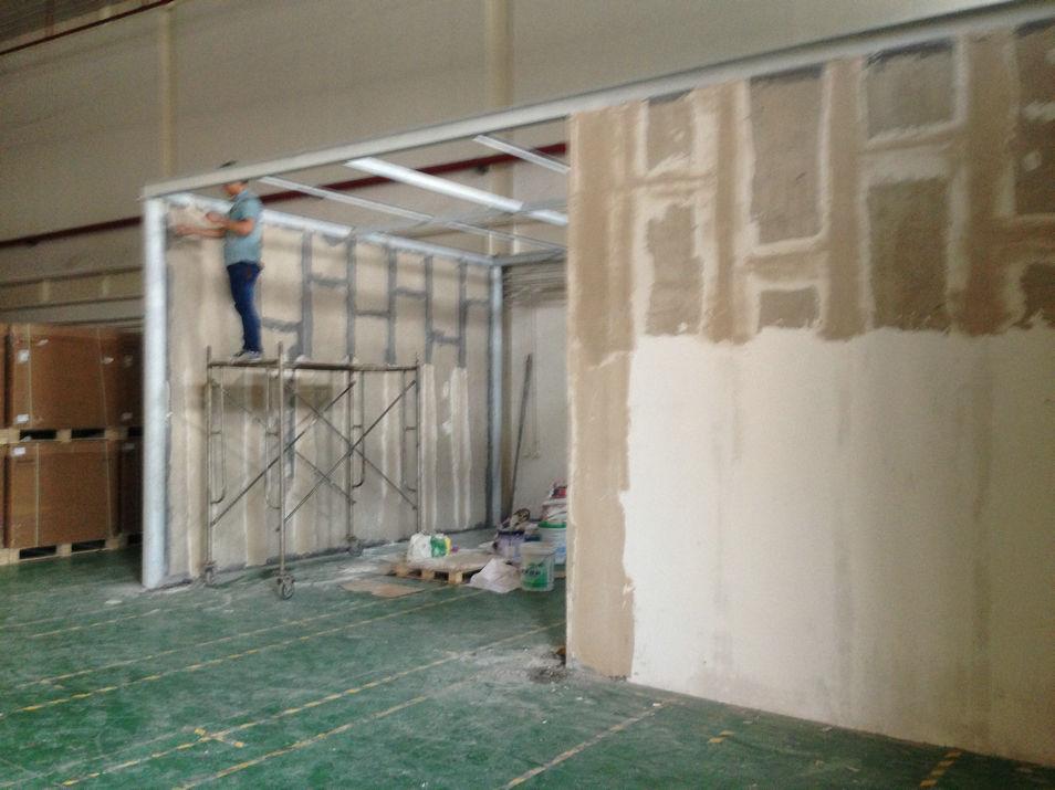 石膏板隔墙简介: 石膏板隔墙是指以低碱度水泥砂浆为基材,耐碱玻璃纤维做增强材料,制成板材面层,经现浇或预制,与其他轻质保温绝热材料复合而成的新型复合墙体材料。 石膏板隔墙分类 石膏板隔墙是以低碱度水泥砂浆为基材,耐碱玻璃纤维做增强材料,制成板材面层,内置钢筋混凝土肋,并填充绝热材料内芯,以台座法一次制成的石膏板隔墙 由于采用了GRC面层和高热阻芯材的复合结构,因此石膏板隔墙具有高强度、高韧性、高抗渗性、高防火与高耐候性,并具有良好的绝热和隔声性能。 生产石膏板隔墙的面层材料与其他GRC制品相同。芯层可用